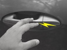 Giải mã hiện tượng giật điện tanh tách khi chạm vào ô tô trong mùa đông và cách hạn chế