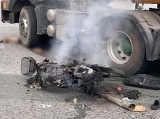 """""""Khúc cua tử thần"""" tại chân cầu vượt Sóng Thần lại xảy ra tai nạn giữa xe container và xe máy, một người nguy kịch"""