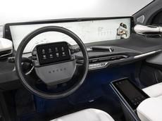 """Thời xưa chạy đua mã lực, thời nay các hãng xe ô tô lại chạy đua """"kích cỡ màn hình"""""""