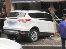 Nữ tài xế lái Ford Kuga lao vào một tiệm tạp hoá, nhiều người đang đánh bài bỏ chạy