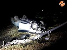 Đồng Nai: Toyota Vios tông gãy cột đèn rồi lật ngửa, nữ tài xế bị thương