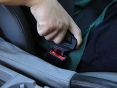 Ngồi ghế sau ô tô không thắt dây an toàn sẽ bị phạt tới 500 nghìn đồng
