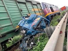 Video: Ô tô tải bị tàu hỏa tông nát tại Hà Nội, nghi do lỗi barrier chắn đường ray