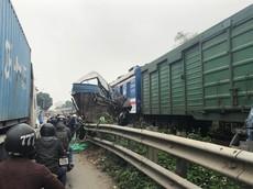 Hà Nội: Xe tải gặp tai nạn trên đường sắt bị tàu hỏa vò nát, tài xế may mắn thoát chết
