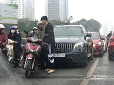 Hà Nội: Mercedes-Benz GLC của trung vệ Duy Mạnh va chạm với Honda SH trên cầu vượt