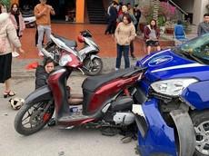 Video: 3 xe máy dừng giữa đường, bị taxi tông trúng tại Hải Phòng