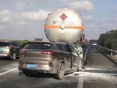 Chiếc SUV phóng như bay trên cao tốc, tông vào đuôi xe bồn khiến 4 người tử vong