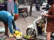 Hà Nội: Điều khiển Honda Lead cán nát mẹt hoa quả của người bán hàng rong, người phụ nữ bị cộng đồng mạng chỉ trích