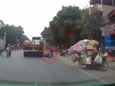 """Video: Va chạm với xe máy chở cồng kềnh chạy ngược chiều, nữ sinh suýt """"mất Tết"""" tại Bắc Ninh"""