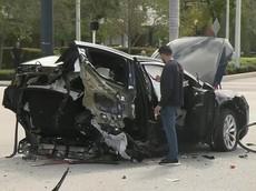 Va chạm với Nissan GT-R, chiếc Tesla Model X đứt làm đôi nhưng tài xế chỉ bị thương nhẹ