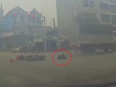 Video: Xe máy vượt đèn đỏ, va chạm với ô tô tải, 1 người bị thương nặng tại Hà Nội