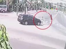 Video: Đi bộ sang đường, người đàn ông bị chiếc Toyota Fortuner tông tử vong tại Bình Dương