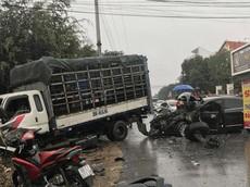 Chiều 30 Tết, xe con tan nát sau cú đấu đầu xe tải tại Vĩnh Phúc