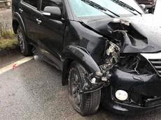 Quảng Ninh: Nổ lốp, Toyota Fortuner lao lên dải phân cách, hạ gục cột đèn vào ngày mùng 1 Tết