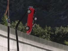"""""""Thót tim"""" trước màn nhảy bungee bằng ô tô của người dẫn chương trình Top Gear"""