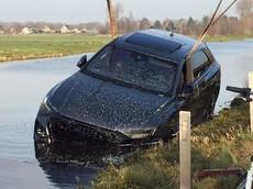 SUV hạng sang tiền tỷ Audi RS Q8 mới mua chưa được 3 tuần đã lao xuống kênh nước