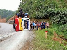 Thái Nguyên: Ôm cua ở tốc độ cao, xe buýt lật nghiêng, một phụ nữ bị thương nặng