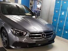 """Mercedes-Benz E-Class 2021 lộ diện """"bằng xương, bằng thịt"""" trong nhà máy"""