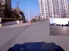 Nhằm tránh virus corona, người phụ nữ Trung Quốc sử dụng xe điều khiển từ xa để đi mua bánh bao
