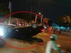 Quận 9: Tài xế đạp nhầm chân ga khiến Toyota Camry tông vào dải phân cách và lật ngửa