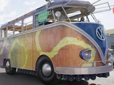 """Chiếc """"xe buýt Volkswagen khổng lồ"""" này thực chất là độ từ xe cứu hỏa và có trang bị hẳn 85 bộ loa"""