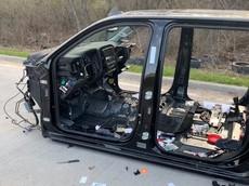 """Đây là bộ dạng """"trơ trụi"""" của một chiếc Chevrolet Silverado bị ăn trộm rồi bỏ lại trên cao tốc"""