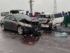 Thừa Thiên - Huế: Chevrolet Cruze chở 2 nhà sư va chạm với ô tô con, 6 người bị thương
