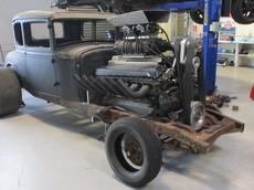 """Đây là một chiếc Ford cổ điển độ """"trái tim xe tăng"""" dung tích 27 lít sản sinh hàng nghìn mã lực"""