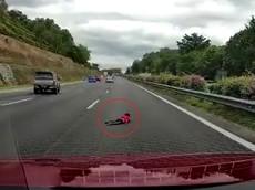 """Video: 2 chiếc ô tô """"vờn nhau"""" trên cao tốc, tông vào Honda Civic khiến bé trai 2 tuổi rơi xuống đường"""