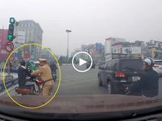 """Hà Nội: Video nam thanh niên """"thông chốt"""" CSGT khiến nhiều người phải giật mình"""