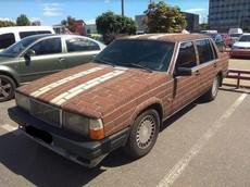 """Hài hước chiếc Volvo cũ kỹ có lớp trang trí bên ngoài như """"tường gạch"""""""