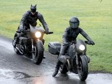 """Batman """"ngã sấp mặt"""" với siêu mô tô Bat-bike tại phim trường chuẩn bị cho bom tấn sắp tới"""