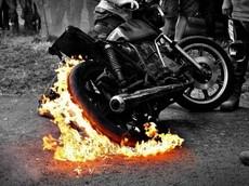 Chữa cháy cho xe máy bằng nước là vô dụng và phá hoại, hãy làm theo những cách sau!