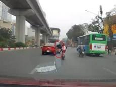 Video: Tài xế lái ô tô Hyundai Elantra chuyển làn ẩu, va chạm với xe máy tại Hà Nội