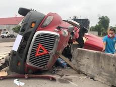 Quảng Bình: Xe container lật nghiêng, nát bét khoang lái, tài xế bị mắc kẹt trong cabin