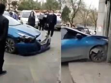 Tức mình về điều tra dịch Covid-19, thanh niên lái ô tô tông vào cửa trung tâm mua sắm để trả đũa