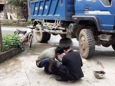 Video: Tài xế ô tô tải quay đầu thiếu quan sát khiến 1 người đi xe máy tử vong tại Yên Bái