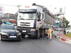 Quận 6: Audi A6 va chạm với xe tải tại vòng xoay Phú Lâm, giao thông ùn tắc nhẹ