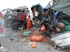 Nghệ An: 2 ô tô tải va chạm trực diện, 2 người tử vong thương tâm