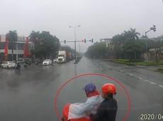 Video xe máy vượt đèn đỏ, suýt bị ô tô tông trúng tại Hải Phòng gây tranh cãi