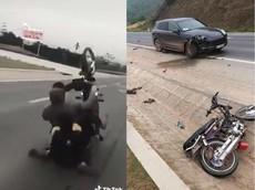 """Video: """"Trẻ trâu"""" bốc đầu thất bại khiến xe máy tông vỡ đầu SUV hạng sang Porsche Cayenne"""