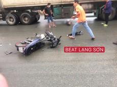 Video: Vượt đèn đỏ, thanh niên va vào đầu ô tô, bị hất văng vào bánh xe container tại Lạng Sơn
