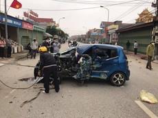 Nam Định: Kia Morning tông lật xe 3 bánh chở sắt, ít nhất 3 người bị thương
