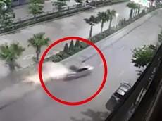 Video quay vụ tai nạn hãi hùng của chiếc ô tô Toyota Vios tại Quảng Ninh