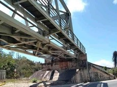 Bình Định: Chụp ảnh trên cầu vượt, 2 nữ sinh bị tàu hỏa tông rơi xuống quốc lộ 1, tử vong thương tâm