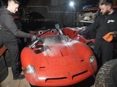 """Chứng kiến quá trình lau rửa """"sạch bóng"""" xe đua triệu đô Bizarrini P538 lần đầu tiên trong 32 năm"""