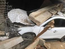 Điện Biên: Nữ tài xế đạp nhầm chân ga khiến xe Mazda CX-5 tông sập mái hiên nhà dân