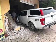 Vĩnh Phúc: Nhầm chân ga, nữ tài xế điều khiển xe bán tải đâm sập cửa nhà sắt vụn bên đường tại Phố Lồ
