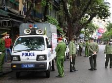 Mở cửa bất chấp lệnh cấm tụ tập trong mùa dịch Covid-19, 2 gara ô tô ở Hà Nội bị xử phạt 15 triệu đồng