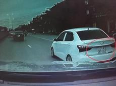 Khoảnh khắc tài xế Hyundai Grand i10 chạy ẩu khiến người đi xe máy ngã vào bánh xe container